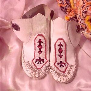 Minnetonka moccasin boots size 8